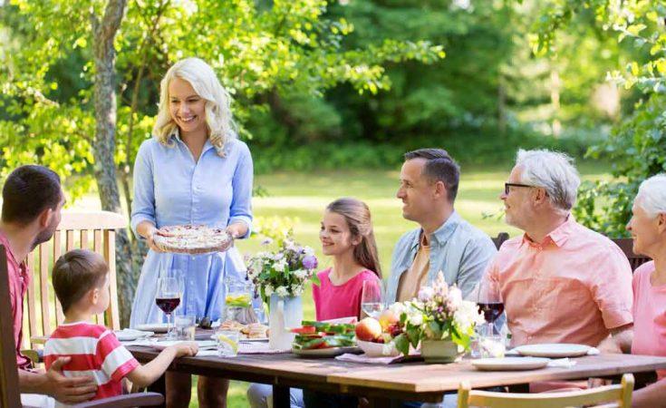 familie buiten eten